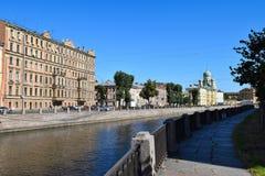 Der Griboyedov-Kanaldamm in StPetersburg Stockfotografie