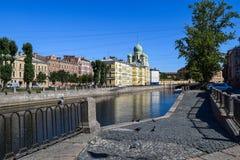 Der Griboyedov-Kanaldamm in StPetersburg Stockfotos