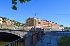 Der Griboyedov-Kanaldamm in StPetersburg Stockbild