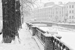 Der Griboyedov-Kanaldamm unter starkem Schneesturm Stockbild