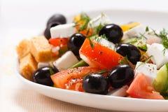 Der griechische Salat mit Croutons und Grüns lizenzfreie stockfotografie