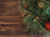 Der grüne Weihnachtsbaum, der mit Spielwaren und Girlande verziert wurde, führte Lichter an der festlichen Fichte des Holztischs Lizenzfreies Stockfoto