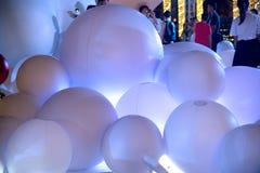 Der große Ballon auf Dekoration an der Weihnachts- und des neuen Jahresfeier Stockbilder