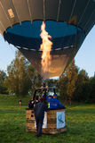 Der große Ballon mit Feuer wird oben fliegen Stockfotografie
