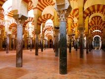 Der große berühmte Innenraum der Moschee oder Mezquitas Cordoba, Spanien stockbild