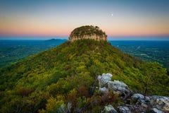 Der große Berggipfel des Piloten Mountain, gesehen von wenigem Berggipfel Ov Stockbilder