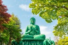 Der große Buddha von Nagoya mit ruhigem Platz im Wald stockfoto