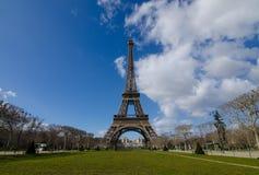 Der große Eiffel am Sonnenscheintag Lizenzfreie Stockfotos