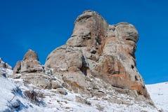Der große Felsen gegen den blauen Himmel Lizenzfreies Stockfoto