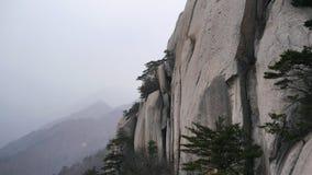 Der große Felsen im Schneesturm Stockfoto