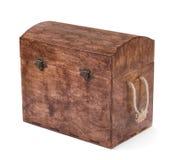 Der große geschlossene braune Kasten für die mehrfarbigen Holzklötze, Würfel und Spielwaren, lokalisiert auf einem weißen Hinterg Lizenzfreies Stockbild