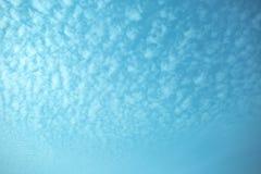 Der große Himmel im blauen und weißen Ton Lizenzfreies Stockfoto