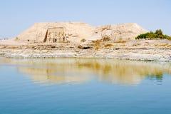 Der große Tempel von Ansicht Ramesses II von Nassersee, Abu Simbel, Ägypten stockfotografie