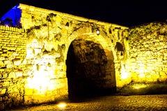 Der große Tunnel nachts mit Bullaugen Stockfotos