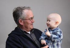 Der Großvater mit dem Enkel Lizenzfreie Stockfotografie
