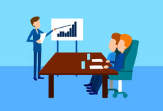 Der Gruppen-Geschäftsleute Darstellungs-Flip Chart Finance Graph, Wirtschaftler Team Training Conference Meeting Stockbilder