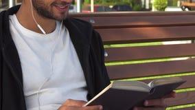 Der gutaussehende Mann dreht die Seiten um und liest das Buch stock footage