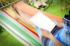 In der Hängematte mit Tablet-PC Lizenzfreie Stockbilder