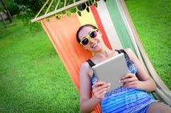 In der Hängematte mit Tablet-PC Lizenzfreies Stockbild