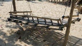 Der hölzerne Bambus des Sesselliftes, der für traditionell ist, entspannen sich im Feiertag auf dem Sandstrand in karimun jawa lizenzfreies stockbild