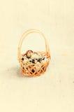 Der hölzerne Korb füllte mit Eiern von Wachteln Lizenzfreies Stockfoto