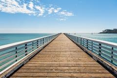 Der hölzerne Pier auf dem Meer lizenzfreies stockbild