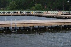 Der hölzerne Pier in Augustow Stockfotos
