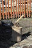 Der hölzerne Zerhacker haftet heraus im hölzernen Hanf Axt und Axtgriff Abholzung durch eine scharfe Axt Axt, zum des Holzes zu h Stockbilder