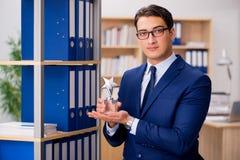 Der hübsche Geschäftsmann mit Sternpreis Stockfotos