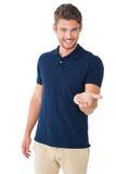 Der hübsche junge Mann, der seins hält, teilen aus Stockbilder
