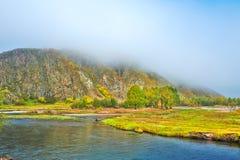 Der Hügel im Advektionsnebel und -yalu Stockfotos