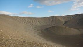 Der Hügel ist an der Unterseite des Kraters eines Vulkans, der ausgestorben ist lizenzfreie stockfotos