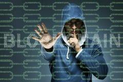 Der Hacker, der cryptocurrency in blockchain Konzept zerhackt Lizenzfreie Stockfotografie