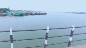 Der Hafen gesehen von einer Brücke stock video footage