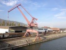 Der Hafen mit den Bergen Stockfotografie