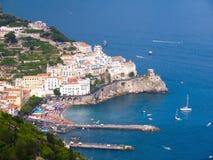 Der Hafen und die Häuser von Amalfi Stockbild