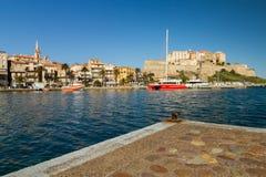 Der Hafen und die Zitadelle in Calvi in Korsika Stockbild