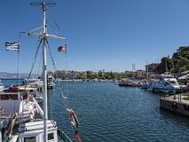 Der Hafen und der Jachthafen auf der griechischen Insel von Korfu Lizenzfreie Stockfotografie