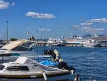 Der Hafen und der Jachthafen auf der griechischen Insel von Korfu Lizenzfreie Stockbilder
