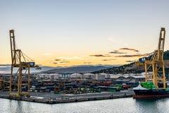 Der Hafen von Barcelona mit Johanna Schepers Cargo Vessel koppelte bei dem Sonnenuntergang an stockfoto