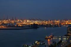 Der Hafen von Hamburg am Abend Stockfotos