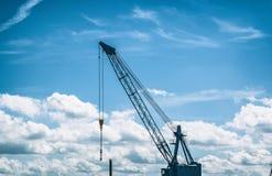 Der Hafen von Hamburg (Deutschland) mit dem Kran am 26. Juni 2011 genommen Lizenzfreie Stockbilder