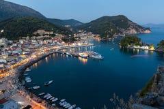 Der Hafen von Parga bis zum Nacht, Griechenland, ionische Inseln Lizenzfreie Stockfotos