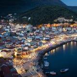 Der Hafen von Parga bis zum Nacht, Griechenland, ionische Inseln Stockbild