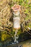 Der Hahn-/The-alte Hahn für Abzugsgrabenwasser im siamesischen Bauernhof. Stockbilder
