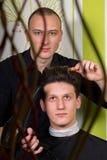 Der Hairstyling der Männer und das Haircutting mit Haarscherer und scissor stockbild
