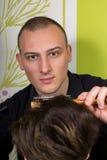 Der Hairstyling der Männer und das Haircutting mit Haarscherer und scissor stockfotografie