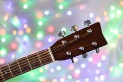 Der Hals der Akustikgitarre auf Weihnachtslicht bokeh Hintergrund Stockfoto