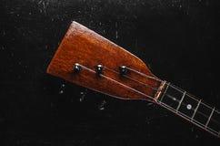 Der Hals der Gitarre auf einem Schwarzen lizenzfreie stockfotografie