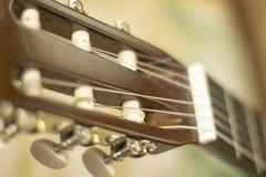 Der Hals des Gitarrenabschlusses herauf unscharfes background2 lizenzfreies stockbild